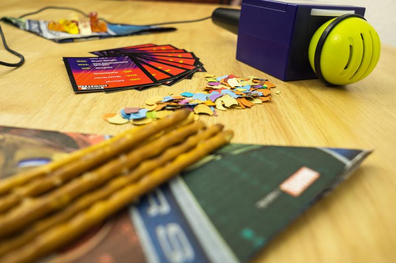 Hasbro Dummschwätzer Partyspiel für Erwachsene und Jugendliche Kartenspiel